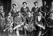 Ως θριαμβευτή της ευρωπαϊκής διπλωματίας υποδέχθηκαν οι Έλληνες τον Ελευθέριο Βενιζέλο σε μια μεγάλη εκδήλωση που πραγματοποιήθηκε στις 15 Σεπτεμβρίου 1920 στο Καλλιμάρμαρο Στάδιο, μετά τη συνθήκη των Σεβρών. Στη φωτογραφία, από το αρχείο Πετράκη, ομάδα βρακοφόρων, κυρίως από την περιοχή του Κρουσώνα, υποδέχθηκαν και συνόδευσαν τον Ελευθέριο Βενιζέλο, καθόλη τη διάρκεια της εκδήλωσης. Ο Αντώνιος Γρηγοράκης ή Σατανάς (2ος καθήμενος από αριστερά) και ο Νικόλαος Γιανναδάκης, (μακεδονομάχος – 5ος καθήμενος από αριστερά και πατέρας του Χαράλαμπου Γιανναδάκη, που ανέλαβε την ηγεσία της ομάδας «Σατανάς», μετά το θάνατο του Γρηγοράκη), ήταν γνωστοί για τα βενιζελικά τους αισθήματα.