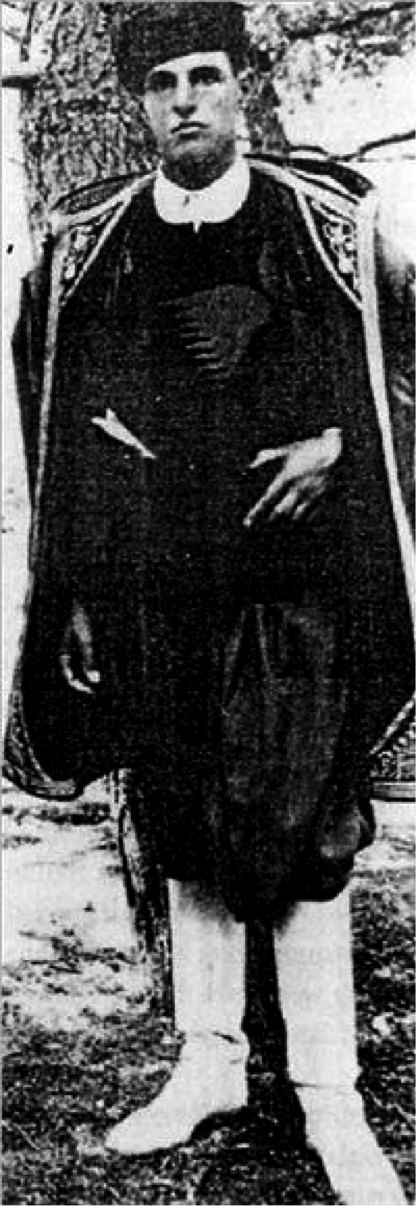 Ο Τζον Πέντλμπερι με την παραδοσιακή κρητική φορεσιά.