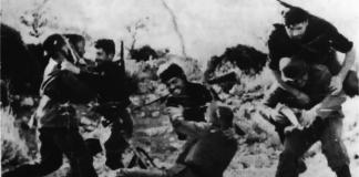 Ίσως η πιο διάσημη και αντιπροσωπευτική φωτογραφία της Κρητικής Αντίστασης. Πρόκειται για σκηνή από τη μάχη σώμα με σώμα, ομάδας 13 ανταρτών με ομαδάρχη τον Νίκο Λαγουβάρδο που έπεσε σε ενέδρα 30 Γερμανών στη περιοχή «Βρωμονερό» Κρουσώνα, στο Κρουσανιώτικο φαράγγι στις 14 Ιουλίου 1944, ενώ εκτελούσαν διατεταγμένη υπηρεσία του αρχηγού ΕΛΑΣ Κρήτης, Γιάννη Ποδιά. Από αριστερά, εικονίζεται ο Σπύρος Μυσιρλής που σκοτώθηκε στη μάχη δευτερόλεπτα μετά από γερμανική ριπή πισώπλατα, ο επιτελής Μιχάλης Μεταξάκης τη στιγμή που μαχαιρώνει έναν γερμανό στρατιώτη και ο αντάρτης Ιορδάνης τη στιγμή που αιφνιδιάζει άλλον έναν. Η φωτογραφία είναι του Άγγλου συνδέσμου Τζων Έμπερσον