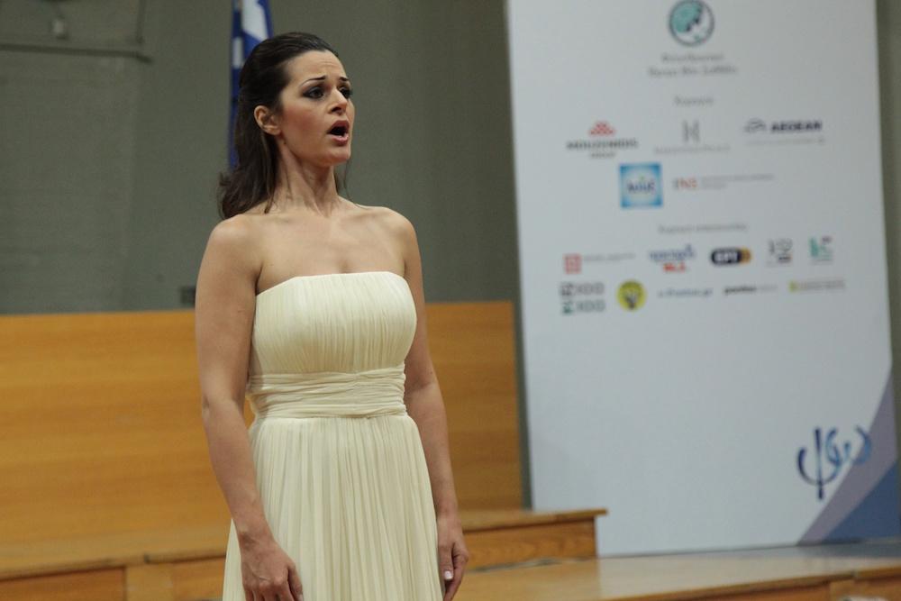 Η μεσόφωνος Κασσάνδρα Δημοπούλου κατά την διάρκεια της τελετής λήξης
