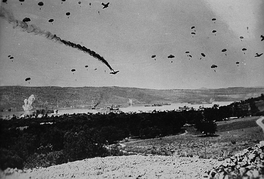 Ο βομβαρδισμός του λιμανιού της Σούδας από τη γερμανική αεροπορία. Κατα τη διάρκεια της Μάχης της Κρήτης, Έλληνες και Βρετανοί κατέρριψαν συνολικά 370 γερμανικά αεροσκάφη.