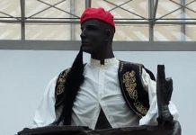 Το άγαλμα του Εράσμου στο Βελγικό Νοσοκομείο «ERASME» ντυμένο με την ελληνική παραδοσιακή στολή του τσολιά.