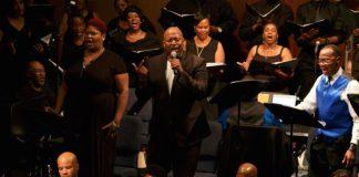 Χορωδία Gospel τραγουδά χορικά από την «Αντιγόνη» του Σοφοκλή, στην εκκλησία Wellspring Church, στο Φέργκιουσον του Μιζούρι στις 17 Σεπτεμβρίου, στο πλαίσιο του project «Antigone in Ferguson» (φωτό: CarrieZukoski).