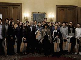 Οι νικητές μαθητές στις Διεθνείς ή Βαλκανικές Επιστημονικές Ολυμπιάδες 2016 και (από αριστερά) η Διευθύντρια Επικοινωνίας του Ιδρύματος Ωνάση κα Αφροδίτη Παναγιωτάκου, ο Υπουργός Παιδείας, Έρευνας και Θρησκευμάτων κ. Κώστας Γαβρόγλου, η Γραμματέας Δ.Σ. του Ιδρύματος Ωνάση κα Μαριάννα Μόσχου και η Εκτελεστική Διευθύντρια του Ιδρύματος Ωνάση κα Έφη Τσιότσιου.