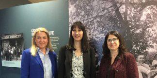 Η Υπουργός Τουρισμού Έλενα Κουντουρά με την διευθύντρια του Μουσείου, Laura Calamos (δεξιά) και την Διευθύντρια του ΕΟΤ Αμερικής, Γκρέτα Καματερού (αριστερά)