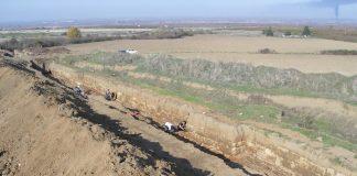Άποψη του ανατολικού βραχίονα του τείχους της Βεργίνας στον αγρό ιδιοκτησίας αδελφών Μπέλα.