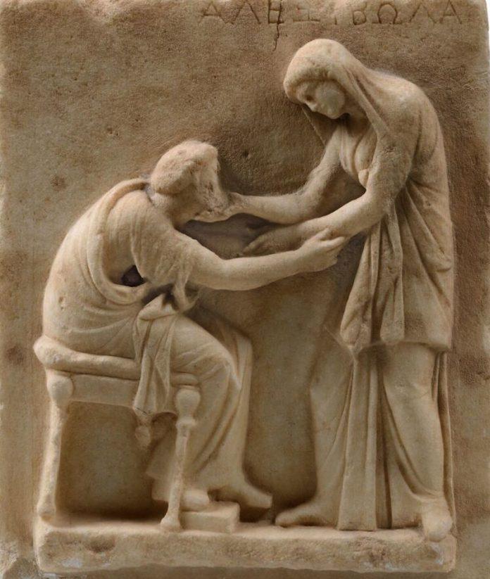 Επιτύμβια στήλη, μάρμαρο, αρχές 3ου αιώνα π.Χ., από το Νεκροταφείο της Αρχαίας Θήρας. Αρχαιολογικό Μουσείο Θήρας, 321, © Υπουργείο Πολιτισμού και Αθλητισμού -Ταμείο Αρχαιολογικών Πόρων. Φωτογραφία Κώστας Ξενικάκης