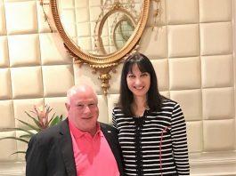 Η Υπουργός Τουρισμού κα Έλενα Κουντουρά με τον Αντιπρόεδρο της ASTA, κ. Robert Duglin στη Νέα Υόρκη