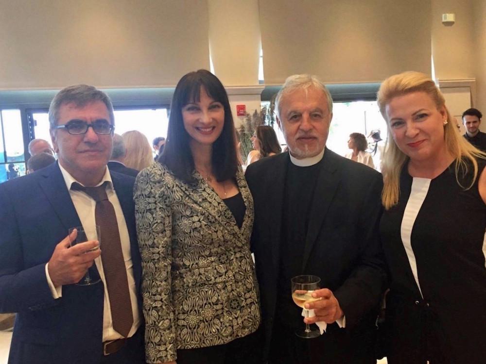 Η Υπουργός Τουρισμού κα Έλενα Κουντουρά με τον π. Αλέξανδρο Καρλούτσο, Πρωτοπρεσβύτερο της Αρχιεπισκοπής Αμερικής του Οικουμενικού Πατριαρχείου, τον Γενικό Γραμματέα του ΕΟΤ κ. Κώστα Τσέγα και την Προισταμένη του ΕΟΤ Αμερικής- Καναδά κα Γκρέτα Καματερού