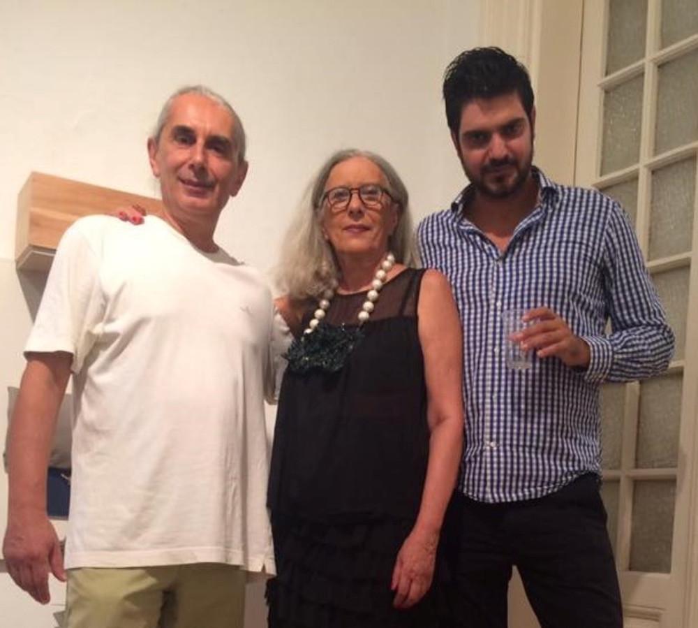 Οι εικαστικοί Νίκος Κρυωνίδης και Δημήτρης Λάμπρου με την οικοδέσποινα Λόλα Νικολάου