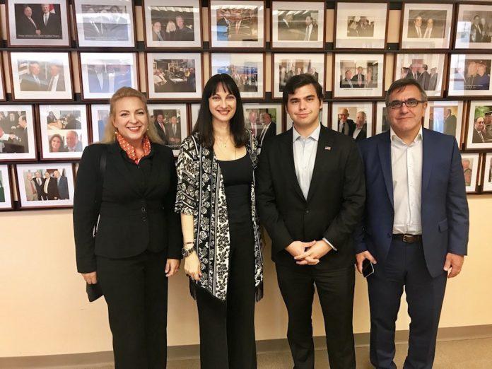 Η Υπουργός Τουρισμού κα Έλενα Κουντουρά με τον κ. John Catsimatidis Jr, της Red Apple Group, τον Γενικό Γραμματέα του ΕΟΤ κ. Κώστα Τσέγα και την Προισταμένη του ΕΟΤ Αμερικής και Καναδά, κα Γκρέτα Καματερού