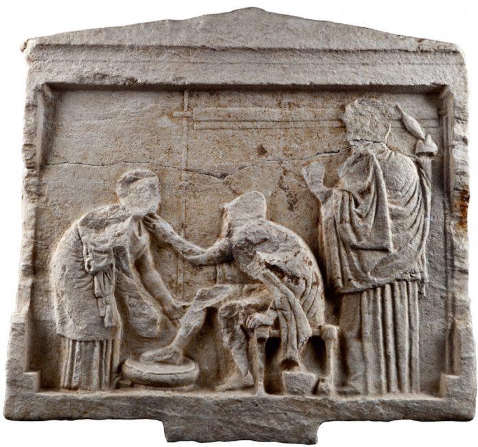 Αναθηματικό ανάγλυφο που φέρει παράσταση της σκηνής αναγνώρισης του Οδυσσέα από τη γριά τροφό του Ευρύκλεια. Στη δεξιά πλευρά, μπροστά σε όρθιο αργαλειό, η Πηνελόπη. Από το Μουζάκι Καρδίτσας, 4ος αι. π.Χ. (© TAΠΑ/Εθνικό Αρχαιολογικό Μουσείο).