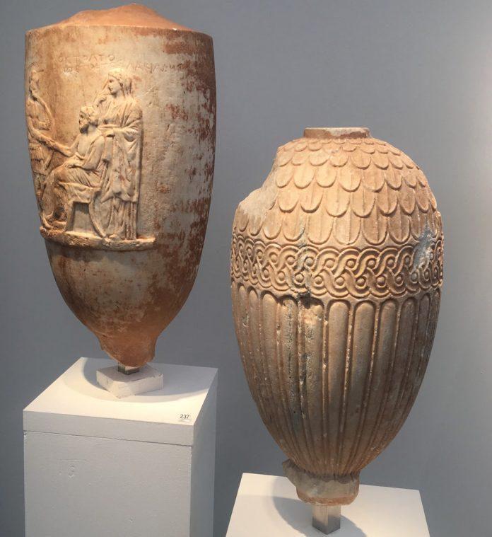 Κλεμμένες αρχαιότητες Μαρμάρινα επιτύμβια αγγεία. Λήκυθο με ενεπίγραφη παράσταση αποχαιρετισμού του νεκρού και λουτροφόρος με ανάγλυφη διακόσμηση, 4ο αιώνα π.Χ.