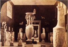Εθνικό Αρχαιολογικό Μουσείο, πρώτο μισό 20ού αιώνα. Αίθουσα Επιτύμβιων Γλυπτών υστεροκλασικών χρόνων. Ψηφιοποιημένο αντίγραφο εκτυπωμένης φωτογραφίας