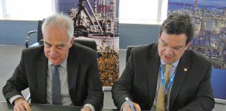 Ο Πρόεδρος της ΕΛΠΕ κ. Ευστάθιος Τσοτσορός και ο Πρύτανης του ΑΠΘ καθ. Περικλής Α. Μήτκας, υπογράφουν το Σύμφωνο Συνεργασίας
