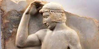 Βρέθηκε στο Σούνιο, κοντά στον ναό της Αθηνάς. Γύρω στο 460 π.Χ. Παριστάνεται νεαρός αθλητής γυμνός, να τοποθετεί ένα μετάλλινο στεφάνι στην κεφαλή. Ο αθλητής, ασφαλώς νικητής, αυτοστεφανώνεται ή ετοιμάζεται να αφιερώσει το νικητήριο έπαθλό του στη θεά Αθηνά ως ευχαριστήριο ανάθημα για τη νίκη του. (© Εθνικό Αρχαιολογικό Μουσείο/TAΠΑ).