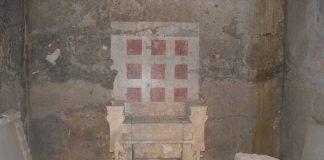 Ο θρόνος του τάφου του λεγόμενου «τύμβου Μπέλλα», στην ανατολική πλευρά του αρχαίου νεκροταφείου της Βεργίνας. Είναι εύρημα του Μανόλη Ανδρόνικου και του Αριστοτέλειου Πανεπιστημίου Θεσσαλονίκης του 1981. Είναι κατασκευασμένος από συναρμοσμένα μαρμάρινα μπλοκ και η πλάτη του δεν είναι πραγματική, αλλά ζωγραφισμένη στον πίσω τοίχο. Στην επιφάνεια του υποποδίου του είναι χαραγμένα τα περιγράμματα δύο πελμάτων.