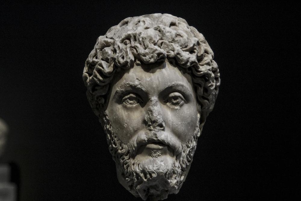 Εικονιστική μαρμάρινη κεφαλή του αυτοκράτορα Αδριανού (117-138 μ.Χ.). Βρέθηκε το 1933 στην Αθήνα, στη λεωφόρο Συγγρού. Χρονολογείται το 130-140 μ.Χ.