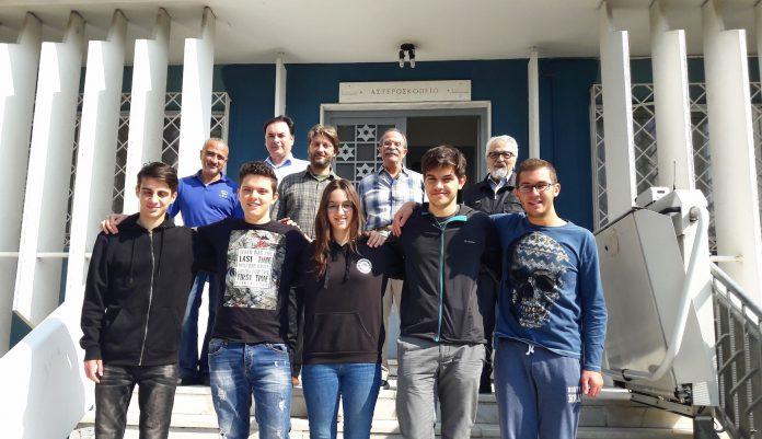 Η ελληνική αποστολή, στην είσοδο του κτιρίου του Αστεροσκοπείου του ΑΠΘ (από αριστερά προς δεξιά): Μιχαηλάγγελος Πιερράτος, Ραφαήλ Τσιάμης, Αγγελική Μπανιά, Γρηγόρης Μακρής, Χρήστος Κακογιάννης. Στην πίσω σειρά διακρίνονται οι Καθηγητές του ΑΠΘ.