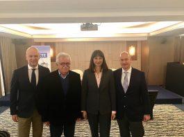 """Η Υπουργός Τουρισμού κα Έλενα Κουντουρά με τον Πρόεδρο του ΣΕΤΕ, κ. Γιάννη Ρέτσο, τον επικεφαλής της Κίνησης Πολιτών """"ΔΙΑΖΩΜΑ"""" κ. Σταύρο Μπένο και τον Γενικό Διευθυντή του ΣΕΤΕ κ. Γιώργο Αμβράζη"""