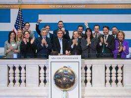 """Στην """"Ημέρα Ελλάδος του Χρηματιστηρίου της Νέας Υόρκης"""" η Υπουργός Τουρισμού Έλενα Κουντουρά με τον Υπουργό Οικονομικών Ευκλείδη Τσακαλώτο, τους διοργανωτές του Capital Link και παράγοντες του χρηματιστηρίου ΝYSE."""