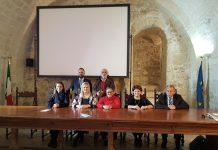 """Η κα Όλγα Νάσση Πρόεδρος της Ομοσπονδίας Ελληνικών Κοινοτήτων και Αδερφοτήτων Ιταλίας, η κα Ευρυδίκη Κουρνέτα ΓΓ. Τουρισμού, η κα Iolanda Capriglione - καθηγήτρια στο Πανεπιστήμιο της Καμπάνιας - Επιστημονική Διευθύντρια της Ιταλικής Φιλελληνικής Εταιρείας , η κα Χρυσούλα Κατσαβριά Σιωροπούλου - Βουλευτής Ελληνικού Κοινοβουλίου, ο κ. Πέτρος Φιλίππου Αντιπεριφερειάρχης Ανατολικής Αττικής, ο κ. Αντώνης Γεωργόπουλος Αντιπρόεδρος της Ελληνικής Κοινότητας Τάραντα """"Μαρία Κάλλας"""", ο κ. Ανδρέας Ανδρέου Γραμματέας της Ομοσπονδίας Ελληνικών Κοινοτήτων και Αδερφοτήτων Ιταλίας."""
