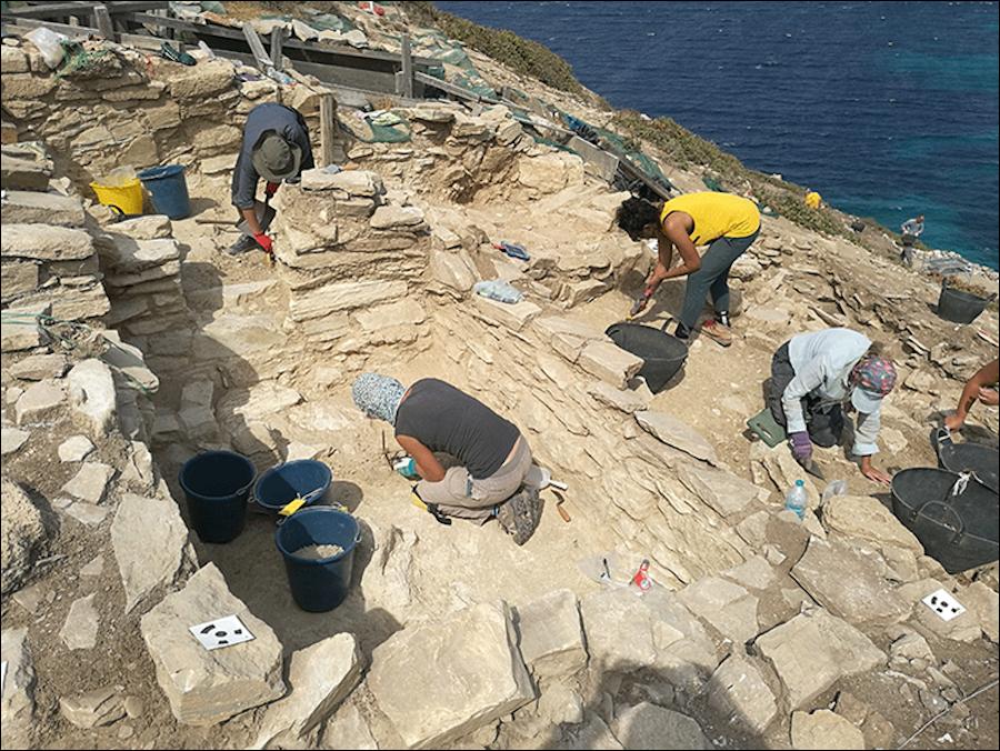 Ανασκαφές Κέρου: Mέλη της ανασκαφικής ομάδας εν ώρα εργασίας (Πηγή: ΥΠΠΟΑ/Βρετανική Σχολή Αθηνών)