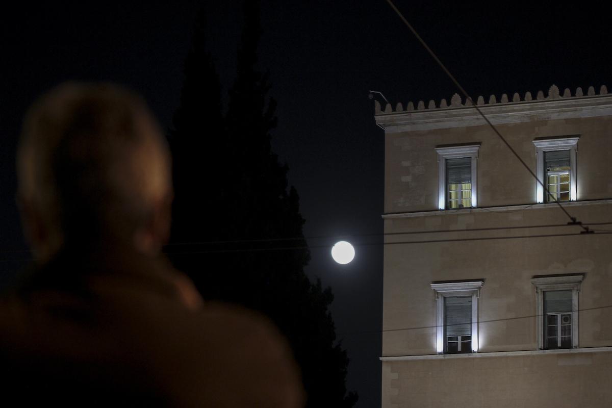 Ματωμένο μπλε σούπερ φεγγάρι στην Αθήνα