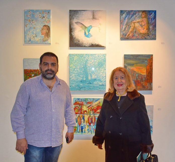 Ο υπεύθυνος οργάνωσης κι επικοινωνίας της έκθεσης Δημήτρης Λαζάρου με την ιστορικό τέχνης και τεχνοκριτικό κ. Έμμυ Βαρουξάκη.