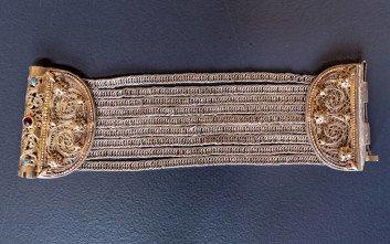 Ασημένιο βραχιόλι με αλυσίδες, συρματερά στοιχεία, κορναλίνες και τυρκουάζ, από τα Επτάνησα (τέλη 19ου αιώνα). Ευγενική παραχώρηση: Μουσείο Αλή Πασά και Επαναστατικής Περιόδου (Συλλογή Φώτη Ραπακούση) © ΠΙΟΠ, Φωτ. Κ. Μάρκου