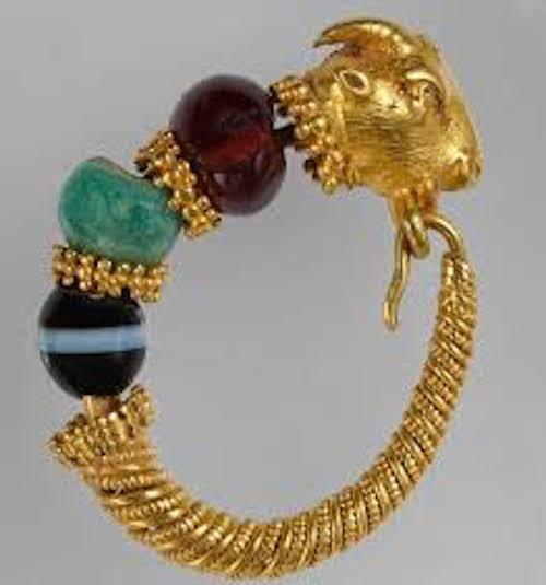 Χρυσό ενώτιο με κεφαλή τράγου από τη Θεσσαλία (2ος-1ος αι. π.Χ.) © ΕΑΜ/ΤΑΠ. Φωτ. Σ. Μαυρομμάτης