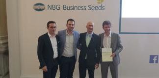 (από αριστερά) o Μανόλης Χατζηγιάννης, o Ιωάννης Κέδρος (μέλη της ομάδας CubesCoding), o Jose Romano, μόνιμος εκπρόσωπος του European Investment Fund (EIF) στην Ελλάδα, και o Δρ. Θεοδόσης Σαπουνίδης (επικεφαλής της ομάδας CubesCoding).