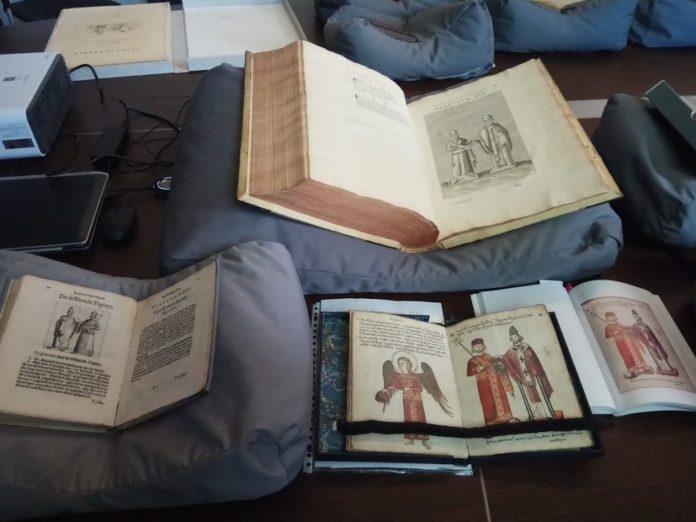 Χειρόγραφο του Λέοντα Στ' Σοφού (κέντρο). Παλαίτυπες εκδόσεις του ίδιου έργου (πάνω και αριστερά). Δεξιά, σύγχρονη φωτογραφική αναπαραγωγή του χειρογράφου.