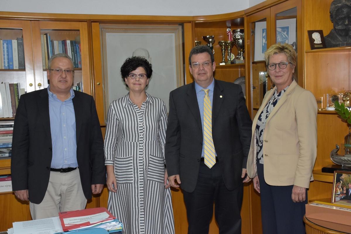 Ο Πρόεδρος του Τμήματος Οικονομικών Επιστημών, Καθηγητής Δημήτριος Κουσενίδης, η πρωτοετής φοιτήτρια του Τμήματος Οικονομικών Επιστημών, Μερόπη Πούπα, ο Πρύτανης του ΑΠΘ, Καθηγητής Περικλής Α. Μήτκας, η Αντιπρύτανις Ακαδημαϊκών και Φοιτητικών Θεμάτων, Καθηγήτρια Αριάδνη Στογιαννίδου.