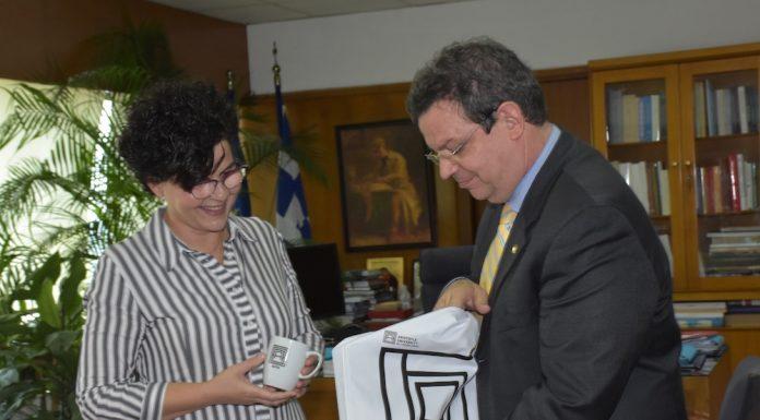 Ο Πρύτανης του ΑΠΘ, Καθηγητής Περικλής Α. Μήτκας, με την πρωτοετή φοιτήτρια, Μερόπη Πούπα