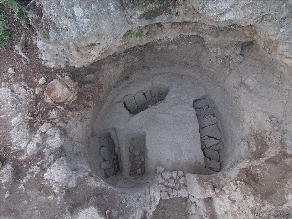 Ο θάλαμος του τάφου με τους τέσσερις λάκκους στο δάπεδό του, 1600/1500-1250/1200 π.Χ.
