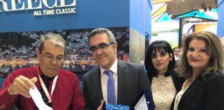 Απονομή τιμητικής πλακέτας στον κ. Γενικό Γραμματέα του ΕΟΤ κ. Κωνσταντίνο Τσέγα από τον Πρόεδρο του Πολιτιστικού Συλλόγου Δωδεκανήσου και εκπρόσωπο της Καρπάθου κ. Μανώλη Νουαράκη.