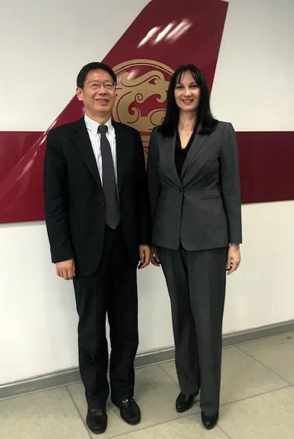 Η Υπουργός Τουρισμού κα Έλενα Κουντουρά με τον Πρόεδρο της Juneyao Air κ.Hong Liang Zhao