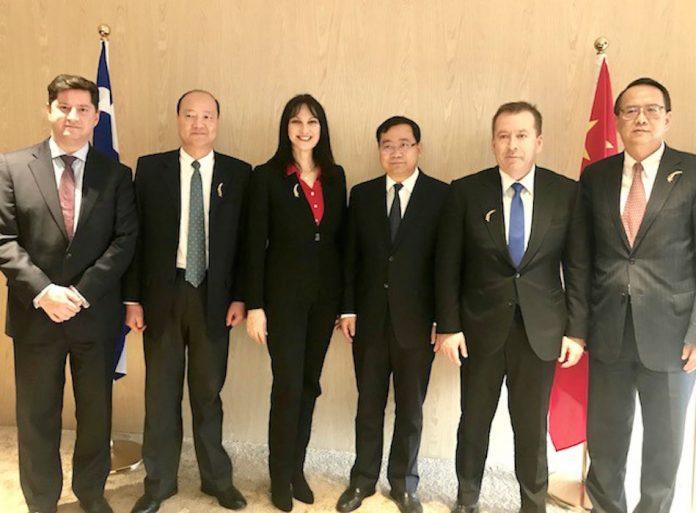 Η Υπουργός Τουρισμού κα Έλενα Κουντουρά με το Δήμαρχο του Πουντόνγκ-Σαγκάης, κ. Ji Zhaoliang, τον Υφυπουργό Αγροτικής Ανάπτυξης, κ Βασίλη Κόκκαλη, το Γενικό Πρόξενο της Ελλάδας στη Σαγκαή, κ. Βασίλη Ξηρό, τον Πρόεδρο του Οργανισμού Διαχείρισης της Ζώνης Ελεύθερου Εμπορίου Σαγκάης, κ. Weng Zhuliang, και τον Δ/ντη του Οργανισμού Διαχείρισης της Ζώνης Ελεύθερου Εμπορίου Σαγκάης, κ. Chen Bin