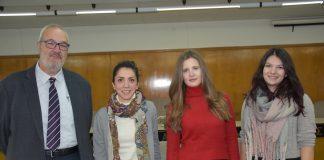 από αριστερά) Ο Πρόεδρος και Διευθύνων Σύμβουλος της ΕΥΑΘ, Καθηγητής Γιάννης Ν. Κρεστενίτης με τις υποτρόφους Φωτεινή Σακαβέλη, Αλεξάνδρα Κώστα και Βικτωρία Μπάσμπα.