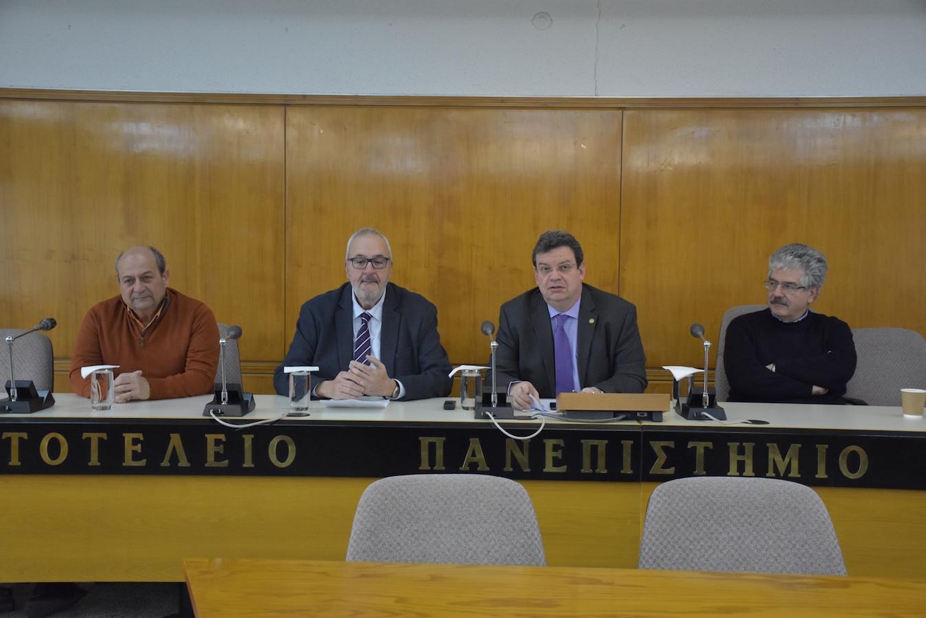 (από αριστερά) Ο Κοσμήτορας της Σχολής Θετικών Επιστημών, Καθηγητής Χαρίτων-Σαρλ Χιντήρογλου, ο Πρόεδρος και Διευθύνων Σύμβουλος της ΕΥΑΘ, Καθηγητής Γιάννης Ν. Κρεστενίτης, ο  Πρύτανης, Καθηγητής Περικλής Α. Μήτκας και ο Κοσμήτορας της Πολυτεχνικής Σχολής, Κωνσταντίνος Λ. Κατσιφαράκης.