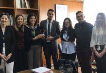 Η Κοσμήτορας της Νομικής Σχολής του ΑΠΘ, Καθηγήτρια Ελισάβετ Συμεωνίδου-Καστανίδου με τα μέλη της διακεκριμένης φοιτητικής ομάδας.