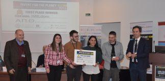 Η νικήτρια ομάδα του ΑΠΘ ΗAILdom, με τον Αντιπρύτανη Οικονομικών, Καθηγητή Νικόλαο Βαρσακέλη (αριστερά), και τον συντονιστή του διεθνούς φοιτητικού διαγωνισμού «Ιnvent for the Planet» στο Αριστοτέλειο, Καθηγητή του Τμήματος Μηχανολόγων Μηχανικών της Πολυτεχνικής Σχολής του ΑΠΘ, Nικόλαο Μιχαηλίδη