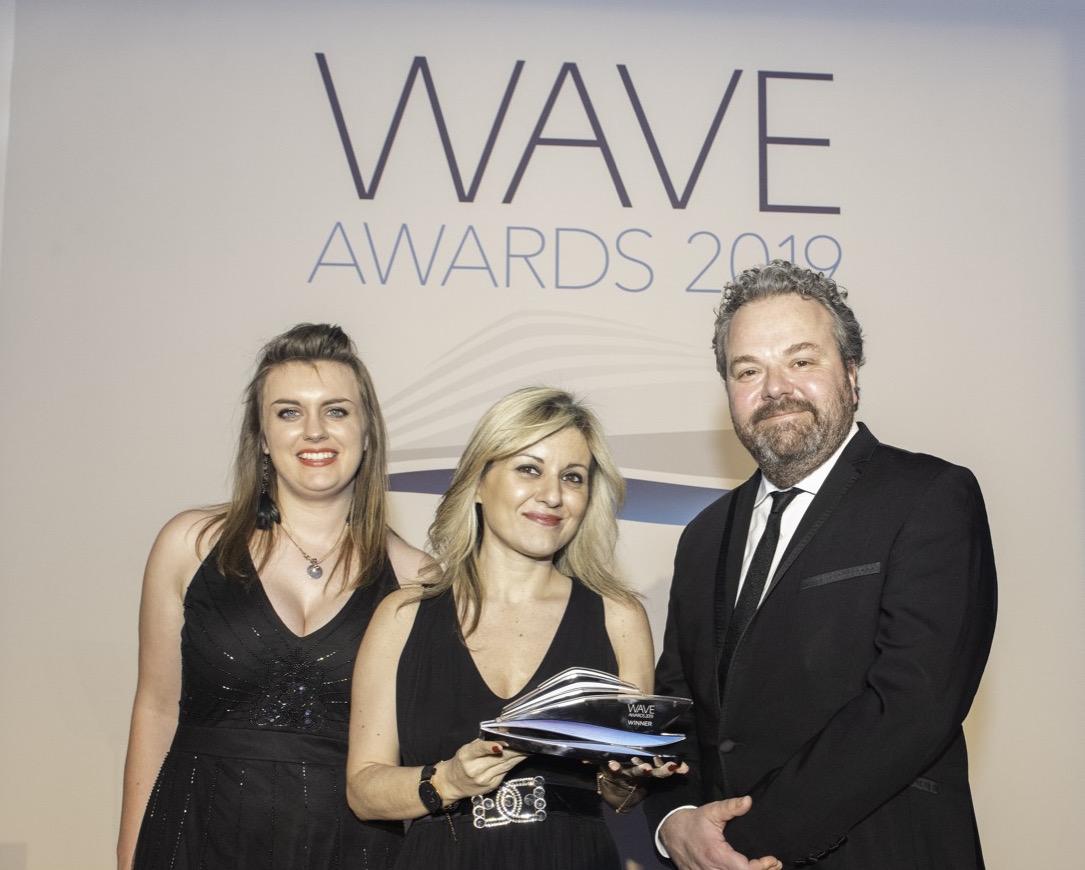 η μέση η Προϊσταμένη Γραφείου ΕΟΤ Μ.Βρετανίας & Ιρλανδίας, κα Έμυ Αναγνωστοπούλου  στην τελετή απονομής των διεθνών βραβείων Wave Awards στο Λονδίνο.