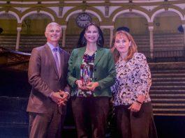Ο Πρόεδρος και Διευθύνων Σύμβουλος του ξενοδοχειακού ομίλου Hilton, κ. Chris Nassetta, και η η Πρόεδρος και Διευθύνουσα Σύμβουλος του Παγκοσμίου Συμβουλίου Συμβουλίου Ταξιδίων & Τουρισμού (WTTC), κα Gloria Guevara, απονέμουν το Global Champion Award στην Υπουργό Τουρισμού, κα Έλενα Κουντουρα