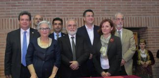 Ο Πρύτανης του ΑΠΘ, Καθηγητής Περικλής Α. Μήτκας, ο Πρόεδρος του ομώνυμου Φιλανθρωπικού Ιδρύματος, Ιβάν Σαββίδης, ο Περιφερειάρχης Κεντρικής Μακεδονίας, Απόστολος Τζιτζικώστας, και τα μέλη του ΔΣ του Κέντρου Ποντιακών Ερευνών, Ευαγγελία Αμοιρίδου, Γιάννης Μουρέλος, Άρτεμις Ξανθοπούλου-Κυριακού, Μιλτιάδης Σαρηγιαννίδης, Κυριάκος Χατζηκυριακίδης.