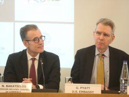 Ο Πρέσβης των Ηνωμένων Πολιτειών κ. Geoffrey R. Pyatt, και ο πρόεδρος του Αμερικανικού Εμπορικού Επιμελητηρίου κ. Νικόλαος Μπακατσέλος