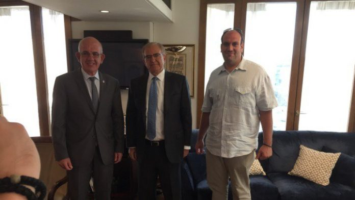 Ο πρόεδρος του Συλλόγου των Τενεδίων «Ο Τέννης», κ. Χρήστος Κάλφας και ο Γενικός Γραμματέας, κ. Παναγιώτης Οκουμάση, με τον Υφυπουργό Εξωτερικών για τον Απόδημο Ελληνισμό, κ. Αντώνη Διαματάρη